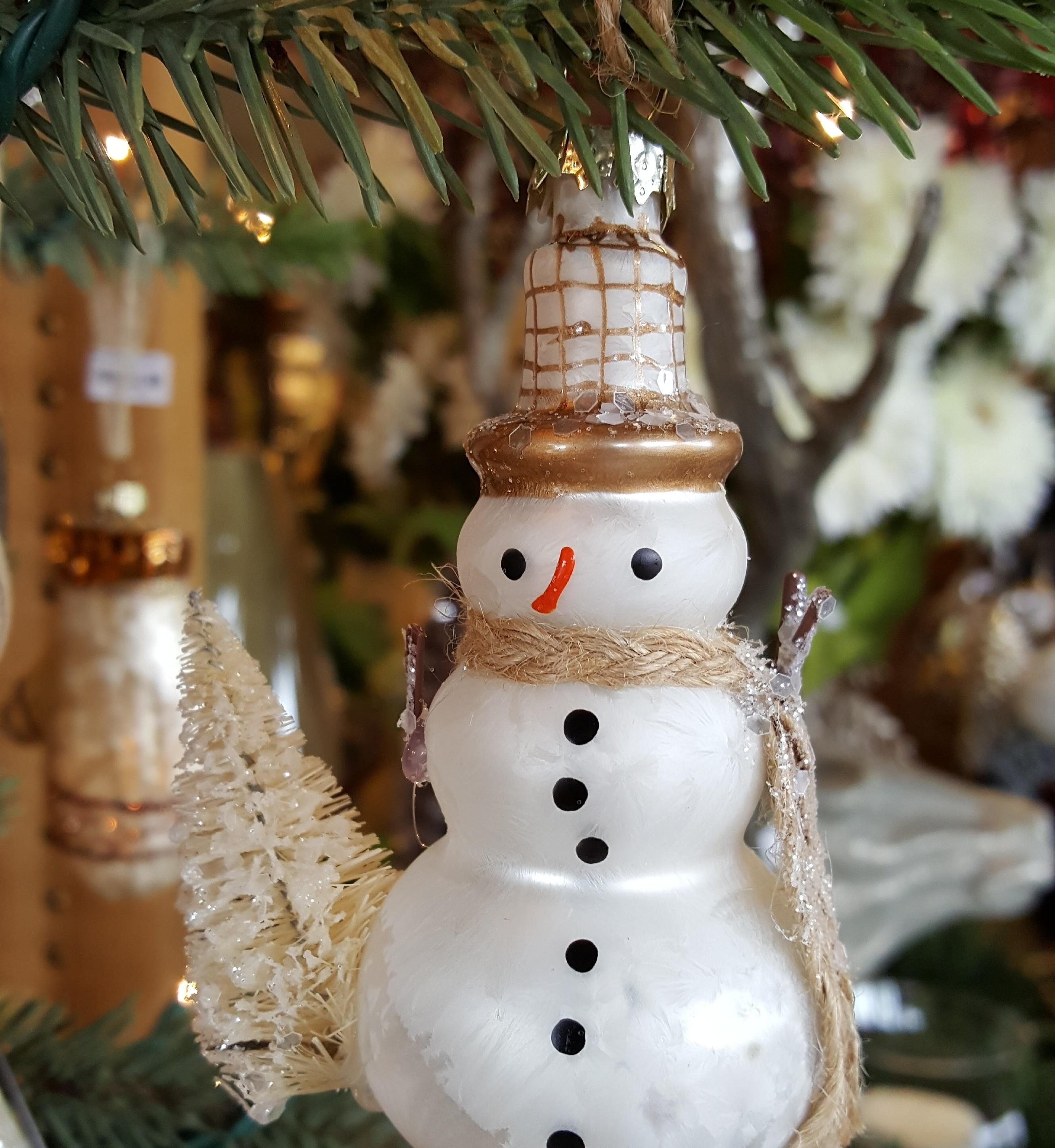Bethany_Lowe_American_artist_figurines_seasonal_collectible_detailed